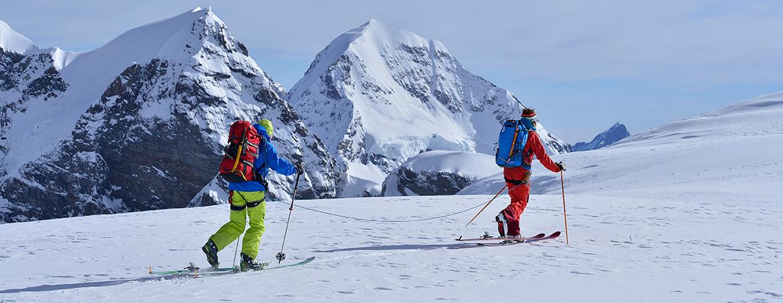 Fritschi und outkomm steigen gemeinsam zum Gipfel auf